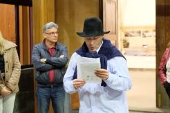 Manuel Díaz leyendo uno de los poemas que acompañan la exposición