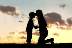 madre besando niño