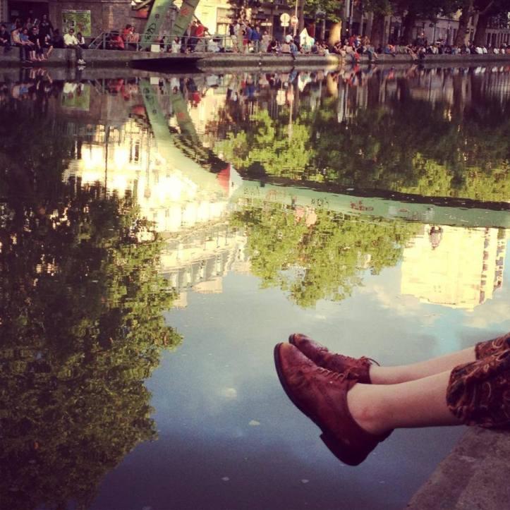 Tan sola en el lago espejo